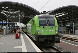182 522-3 (Siemens ES64U2-022) verlässt Halle(Saale)Hbf auf Gleis 6.