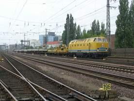 Mit einem Schnellumbauzug war am 04.07.2009 die 229 181-3 von DB Netzinstandsetzung in Bereich des ehemaligen Bw Hannover Ost im Einsatz