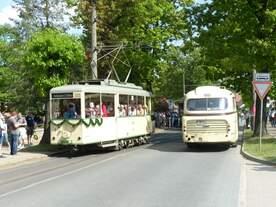 Bei einem Jubiläum dieser Größenordnung dürfen natürlich auch historische Busse nicht fehlen.