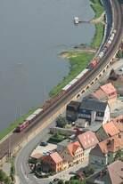 Eine BR 180 mit gemischtem Güterzug hat soeben den Bahnhof Königstein in der sächsischen Schweiz durchfahren.