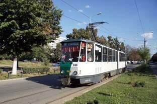 Rumänien / Straßenbahn Ploiesti: KT4D- Wagen 099 (ehemals Potsdam) unterwegs als Linie 102 zum Kreiskrankenhaus in der Strada Gageni.