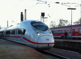 Premiere in Mannheim - Der erste Velaro D ist endlich im Fahrgasteinsatz unterwegs und hält als ICE 712 pünktlich im Hauptbahnhof.