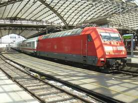 101 003-2 steht hier mit einem InterCity im Kölner Hauptbahnhof.