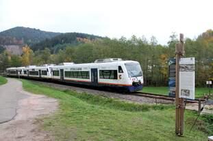 SWE 87372 mit VT 513  Achern , 505  Bötzingen  und 531  Alpirsbach  hat gerade selbigen Ort verlassen und ist auf dem Weg nach Offenburg (25.10.2015)