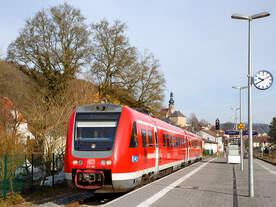 Der Dieseltriebwagen mit Neigetechnik 612 981 / 612 481 (95 80 0612 981-0 D-DB / 95 80 0612 481-1 D-DB), ein Bombardier  RegioSwinger  der DB Regio Bayern, ex DB 612 181-8 / 612 181-8 am 27.03.2015,