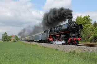 012 066-7 der UEF (Historischer Dampfschnellzug e.V.) mit einem Sonderzug von Münster nach Goslar am 14.05.2016 bei Othfresen.