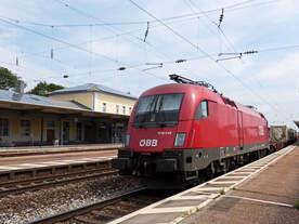 Rückblick Richtung Süden im Bahnhof Straubing , wo 1016 045 am Ende eines Güterzuges als Wagenlok hinten dran hängt.