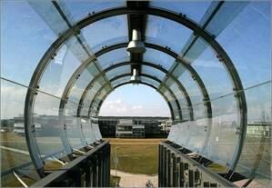 S-Bahnhof Flughafen Besucherpark -     Die Glasröhre des Zugangsteges endet im Luftraum.