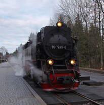 99 7245-6 ist mit P8914 (Eisfelder Talmühle - Wernigerode) in Drei Annen Hohne angekommen und hat sich zum Wasserfassen vom Zug getrennt.
