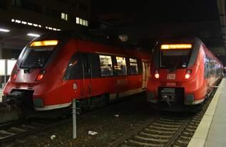 442 127-7 steht am Abend des 17.12.2016 als RB23 (RB18172) von Potsdam Hauptbahnhof nach Michendorf bereit.
