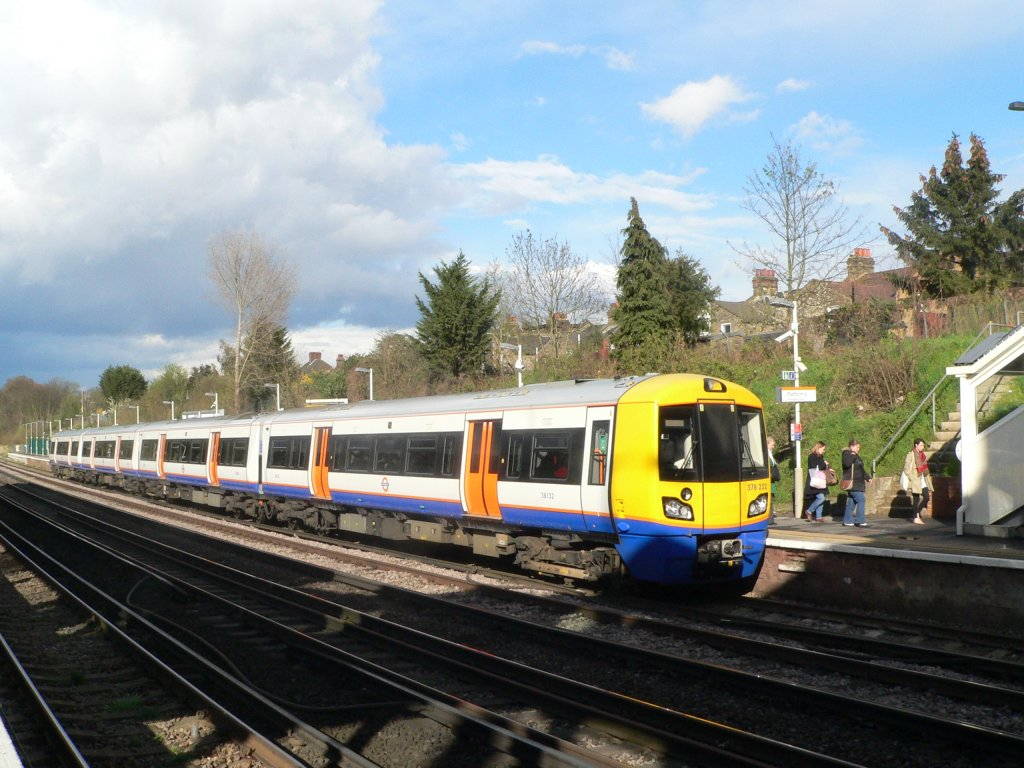 378 232 London Overground in Honor Oak Park, London am 10.4.2012