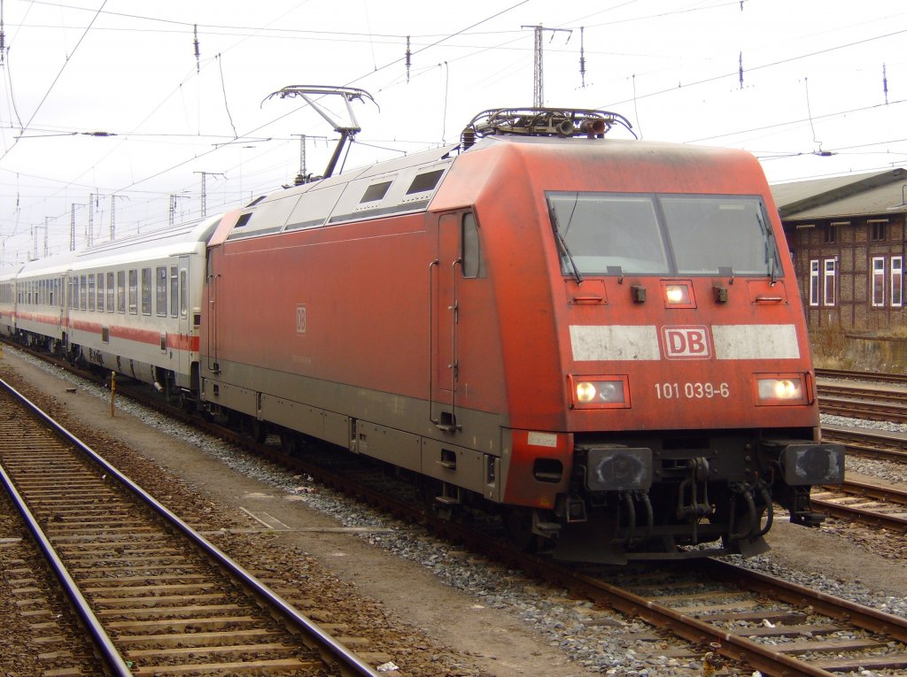 7.02.2009 101 039-06 mit IC in Stralsund.