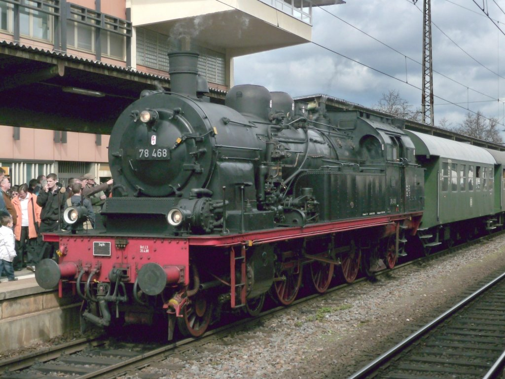 BR 78 468 mit Donnerbüchsen im Schlepp, beim ...
