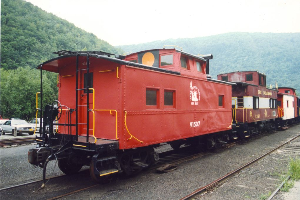 Central Railroad of New Jersey Caboose #91507 und Erie Lackawanna Caboose #C-181 in Jim Thorpe Pennsylvania in dieses 10/8/1992 Foto.  Diese Cabooses sind in Privatbesitz.