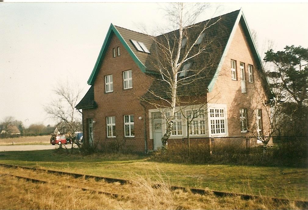 das ehemalige bahnhofsgeb ude von bresewitz an der dar bahn wird heute als wohnhaus benutzt bis. Black Bedroom Furniture Sets. Home Design Ideas