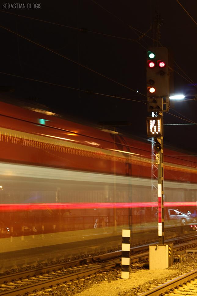 das verr ckte signal in bamberg mit einer ausfahrenden regionalbahn nach w rzburg. Black Bedroom Furniture Sets. Home Design Ideas