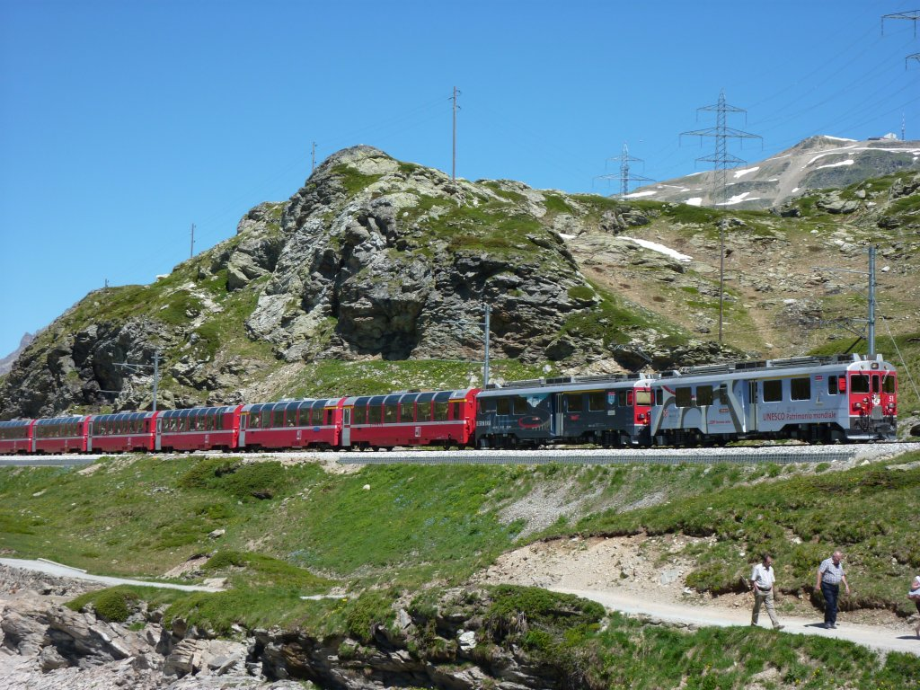 Ein Bernina Express am 7.7.2010 bei Ospizio Bernina