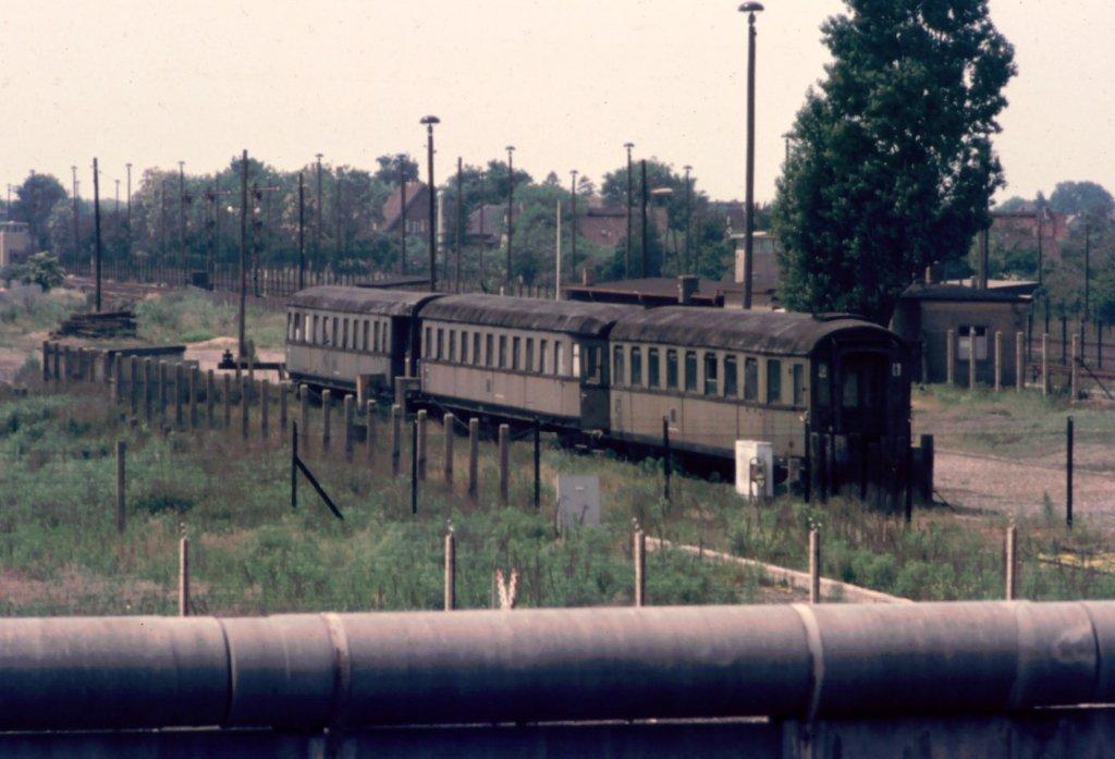 grenzbahnhof staaken heute wieder berlin 1975 drei alte wagen die zuletzt als baracken f r. Black Bedroom Furniture Sets. Home Design Ideas