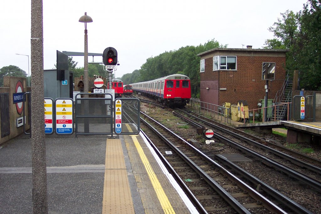 London, Underground-Station Rayners Lane - Zwei A Stock Züge der ...