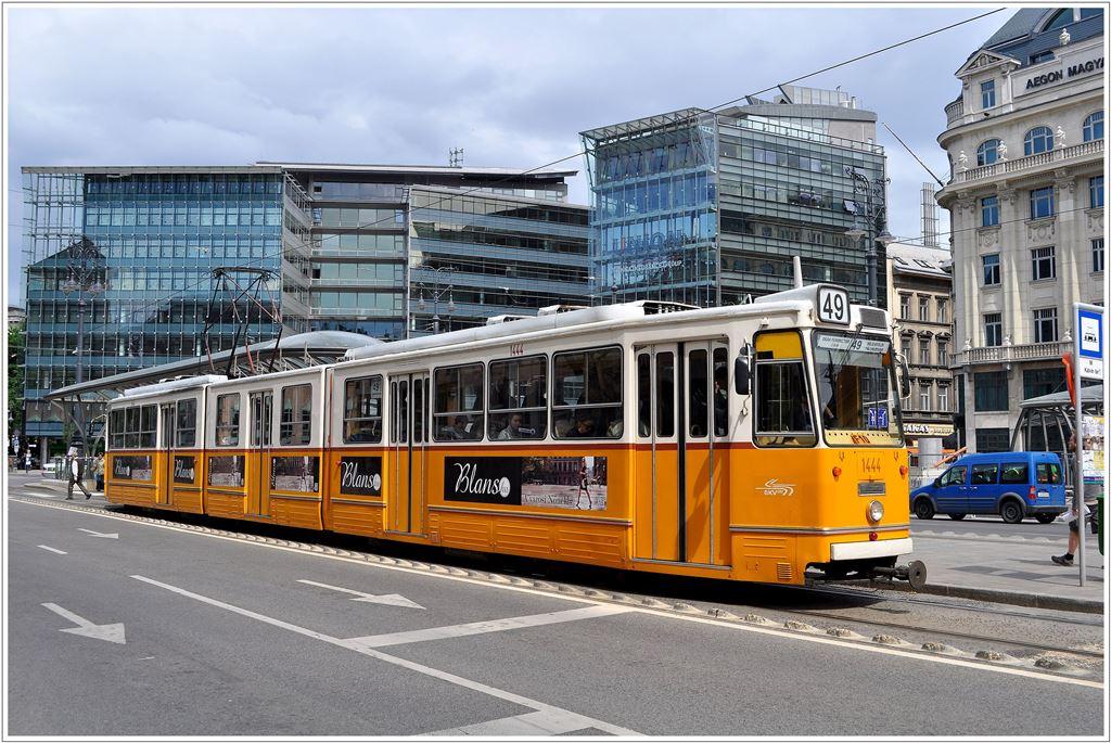 Tram Budapest Linie 49 Ein Ics Gelenktram Von Deák Ferenc Tér Nach