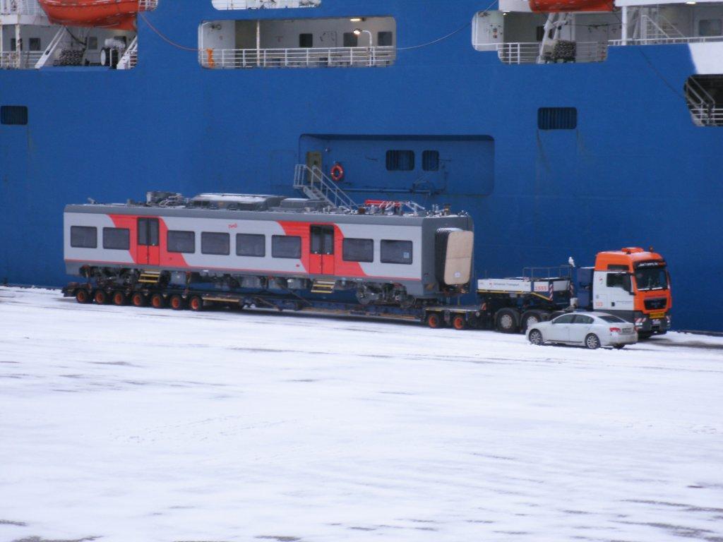 """Vor dem Fährschiff """"PETERSBURG"""" stand dieser DESIRO-RUS ..."""