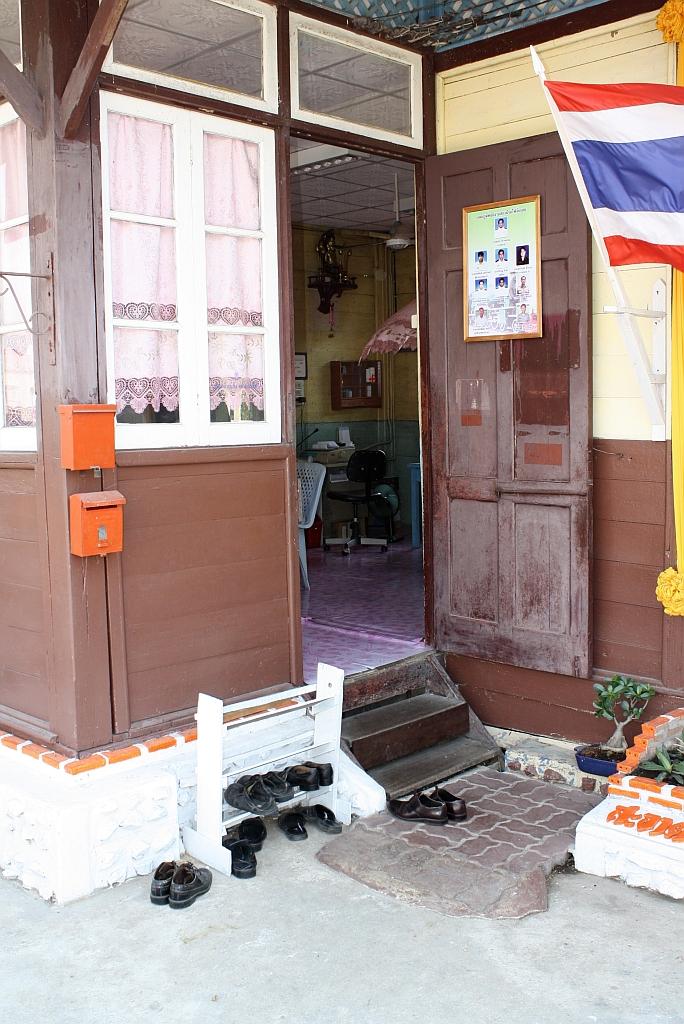 wie in vielen asiatischen l ndern ist es auch in thailand blich vor betreten von h usern oder. Black Bedroom Furniture Sets. Home Design Ideas