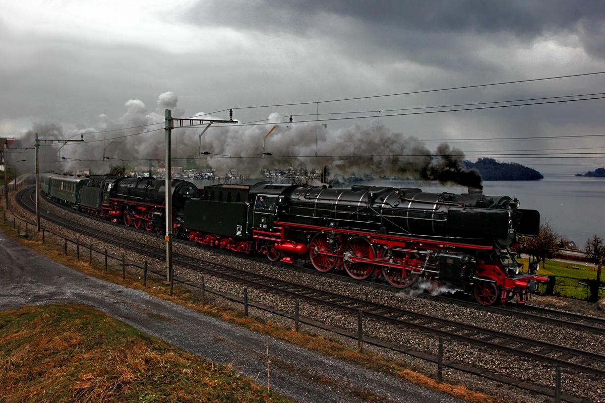 Die dflokomotiven 01 202 und die 01 1066 7 rangieren im bahngof