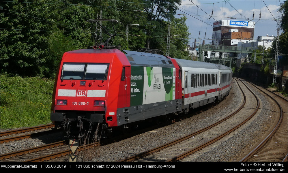 101 060 schiebt den IC nach Hamburg.