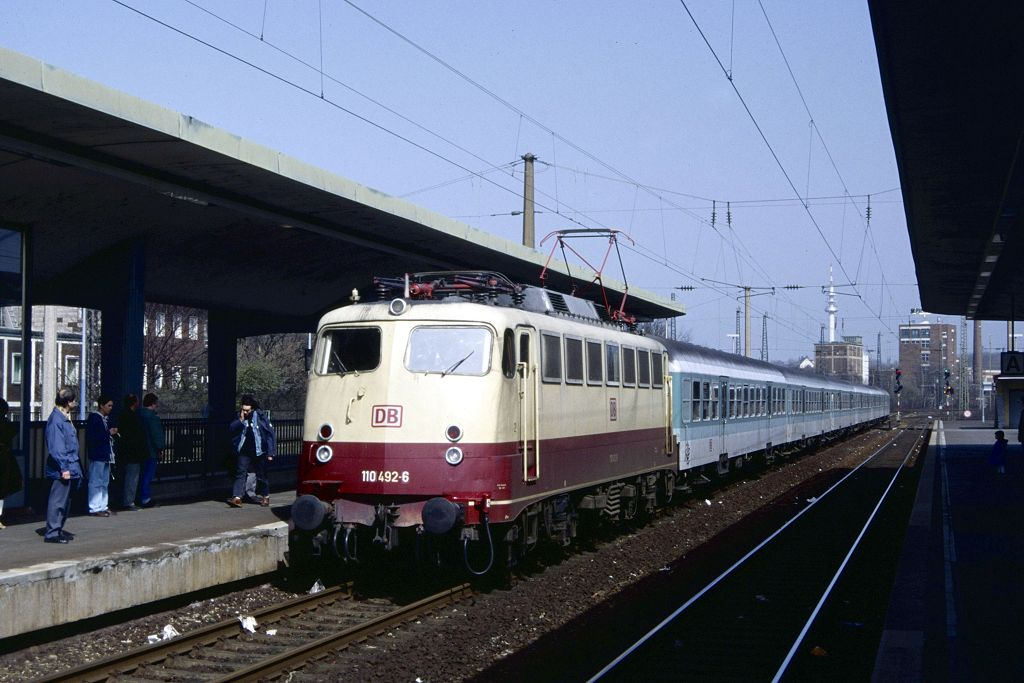 110 492 mit RE 1 in Bochum Hbf. am 01.04.1995
