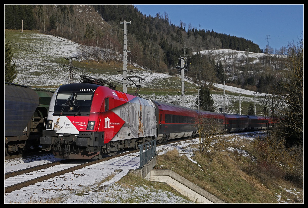 1116 200 mit Railjet in Spital am Semmering am 4.12.2019.