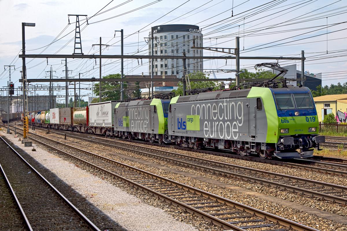 485 019 4 Und 485 011 1 Fahren Mit Einem Ukv Zug In