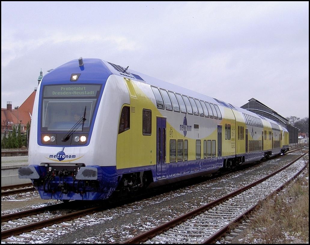 An der Spitze des Zuges befand sich am 27.11.2007 der Steuerwagen D-ME 5580 86-73 204-4. Am Zugschluss schob 246 009 den IGT-Probezug von Görlitz nach Dresden. Vom alten Wasserturm am Bahnhof wurde der Zug für den Metronom aufgenommen.