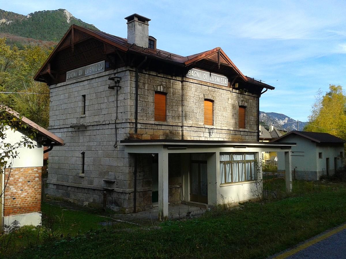Blick auf das bahnhofsgeb ude des aufgelassenen bahnhofs - Bagni di lusnizza ...