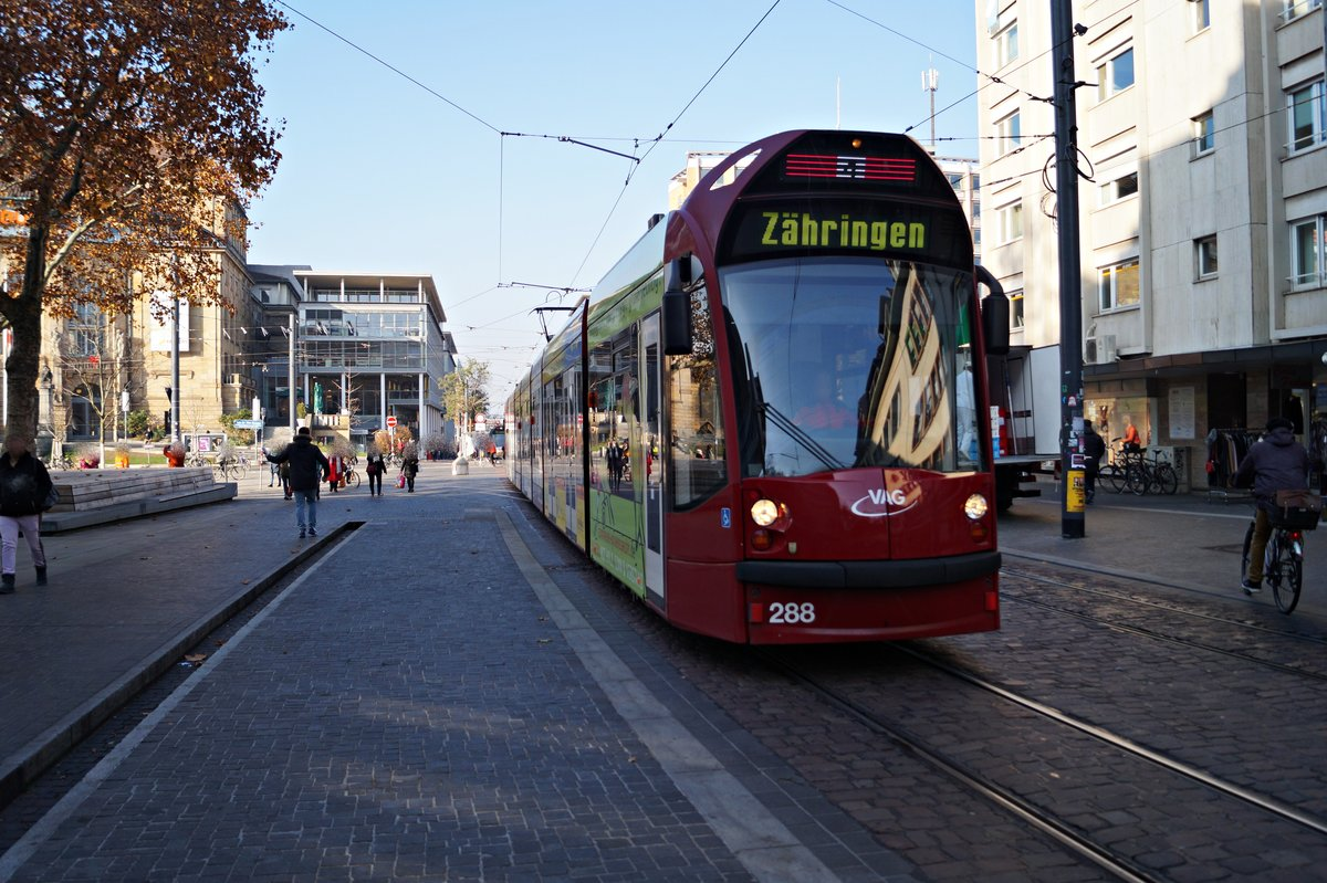 Der Combino Advanced Tw 288 am 22.11.2018 in der Bertoldstraße in Freiburg.