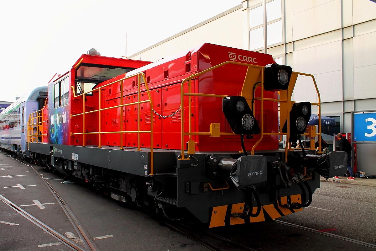 Die CRRC Corporation Ltd. präsentiert auf der InnoTrans am 22.09 2018 in Berlin eine Hybrid-Rangierlokomotive für die DB AG. Die Lokomotive benutzt eine  Kombination aus Stromschiene, Diesel und Lithiumtitanate-Akkumulator . Bei in Ruhepausen abgeschaltetem Dieselmotor kann die Lok über den Batterieantrieb versorgt werden. Der Lithiumtitanat-Akkumulator erlaubt den Einsatz der Lokomotive in sensiblen Bereichen wie in Tunneln.