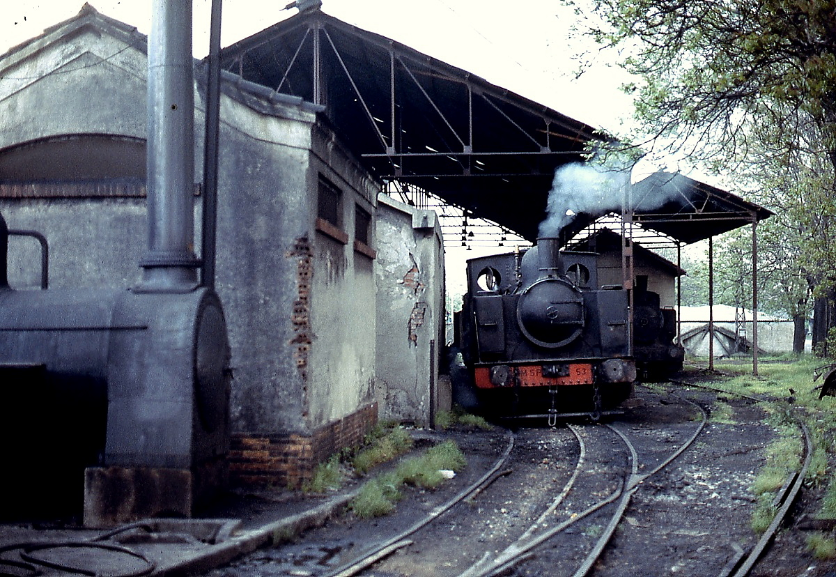 Die MSP 53 wartet auf einem Dreischienengleis im Depot Poferrada im ...