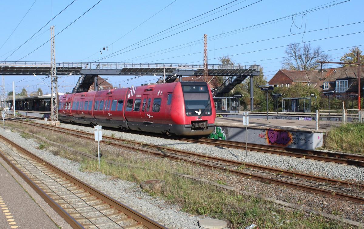 DSB S-Bahn Kopenhagen: Linie F (SH 4719) Hellerup am 28. Oktober 2014. - Der Bahnhof Hellerup ...