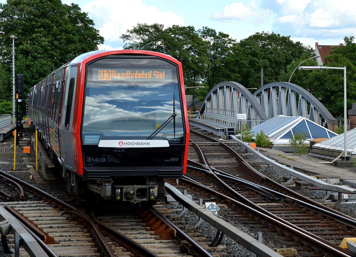 Ein DT5 der HHA rollt aus der Abstellanlage am Hamburger U-Bahnhof ...