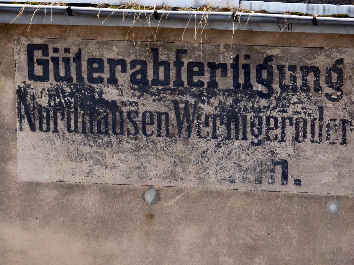 Eine alte anschrift an einem gebäude im bahnhof nordhausen aus einer