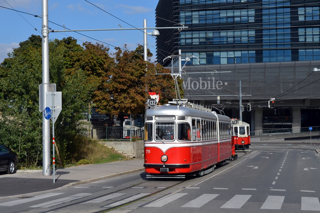 F 711 als Linie 132 + BD 6120 auf Einziehfahrt nach der 150 Jahre Wiener Straßenbahn Parade in ...