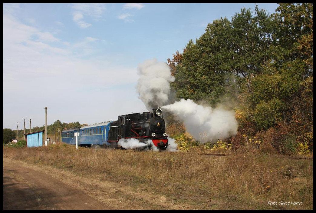 HR 280 hat genug Dampf im Kessel und bläst bei der Abfahrt in Dokhno ...