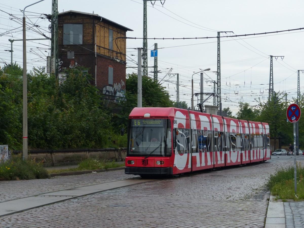 in der eisenbahnstra e in dresden neustadt machen die fahrzeuge eine pause eine tram der linie. Black Bedroom Furniture Sets. Home Design Ideas