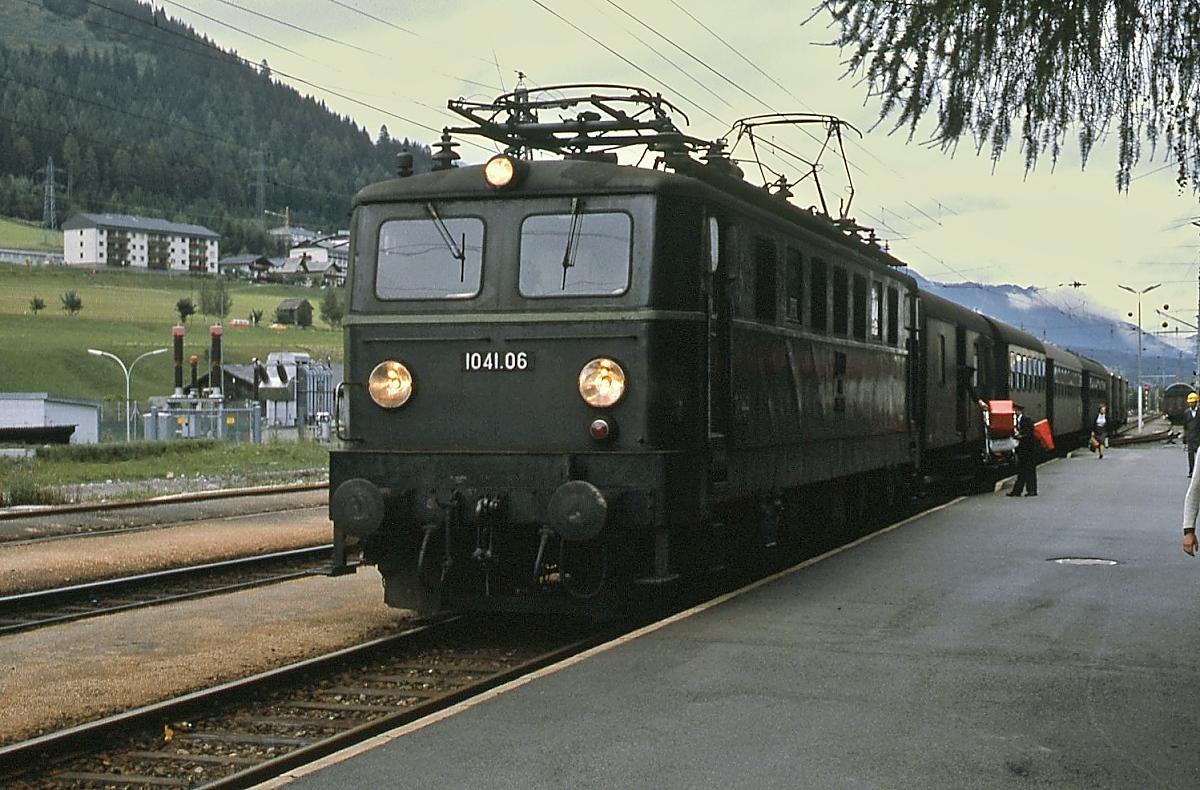 Mit einem zeittypischen Regionalzug ist 1041.06 im Sommer 1980 in Schladming eingetroffen. Stückgutbeförderung gehörte damals noch zum Bahnalltag.