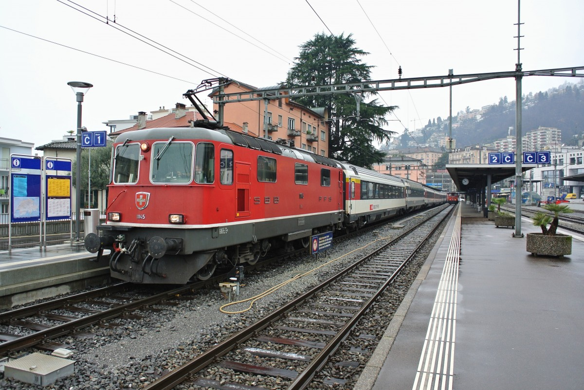 Re 4/4 II 11145 mit IR 2272 in Locarno, 30.01.2014.