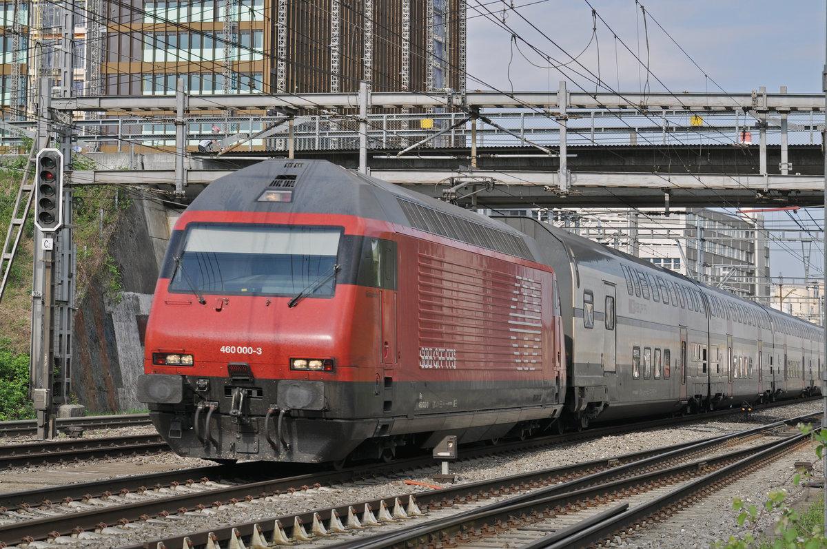 Re 460 000-3 durchfährt den Bahnhof Muttenz. Die Aufnahme ...