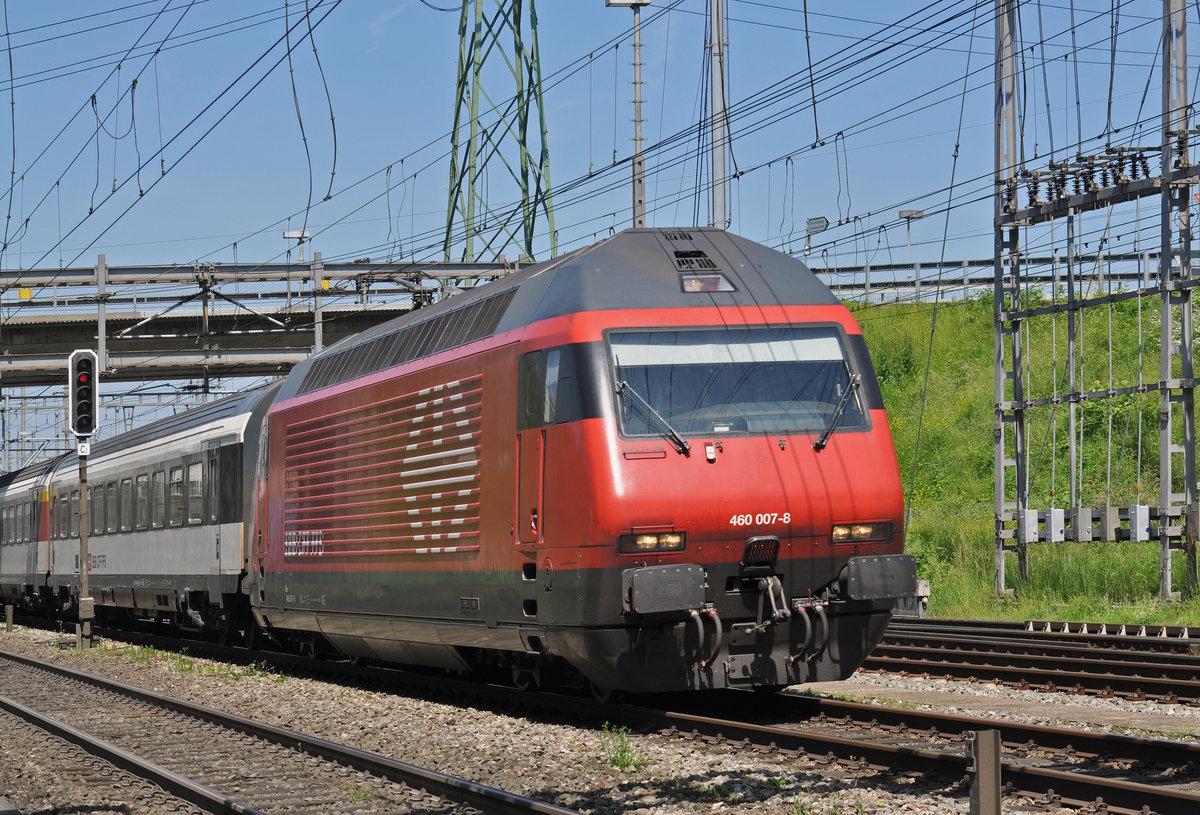 Re 460 007-8 durchfährt den Bahnhof Muttenz. Die Aufnahme ...