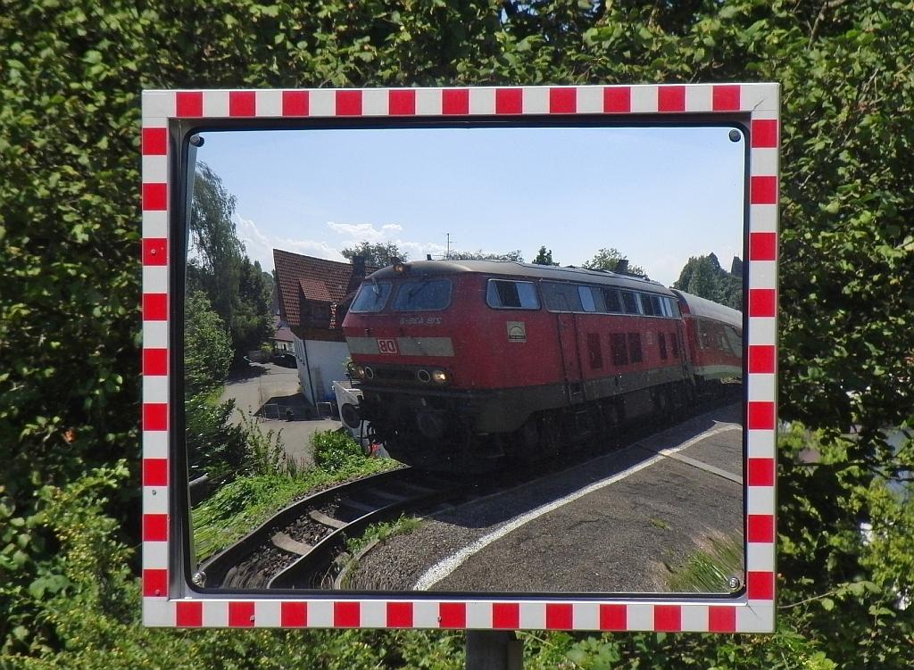 spiegelbild 218 439 8 mit ire 4208 lindau nach ulm beim passieren der haltestelle lindau