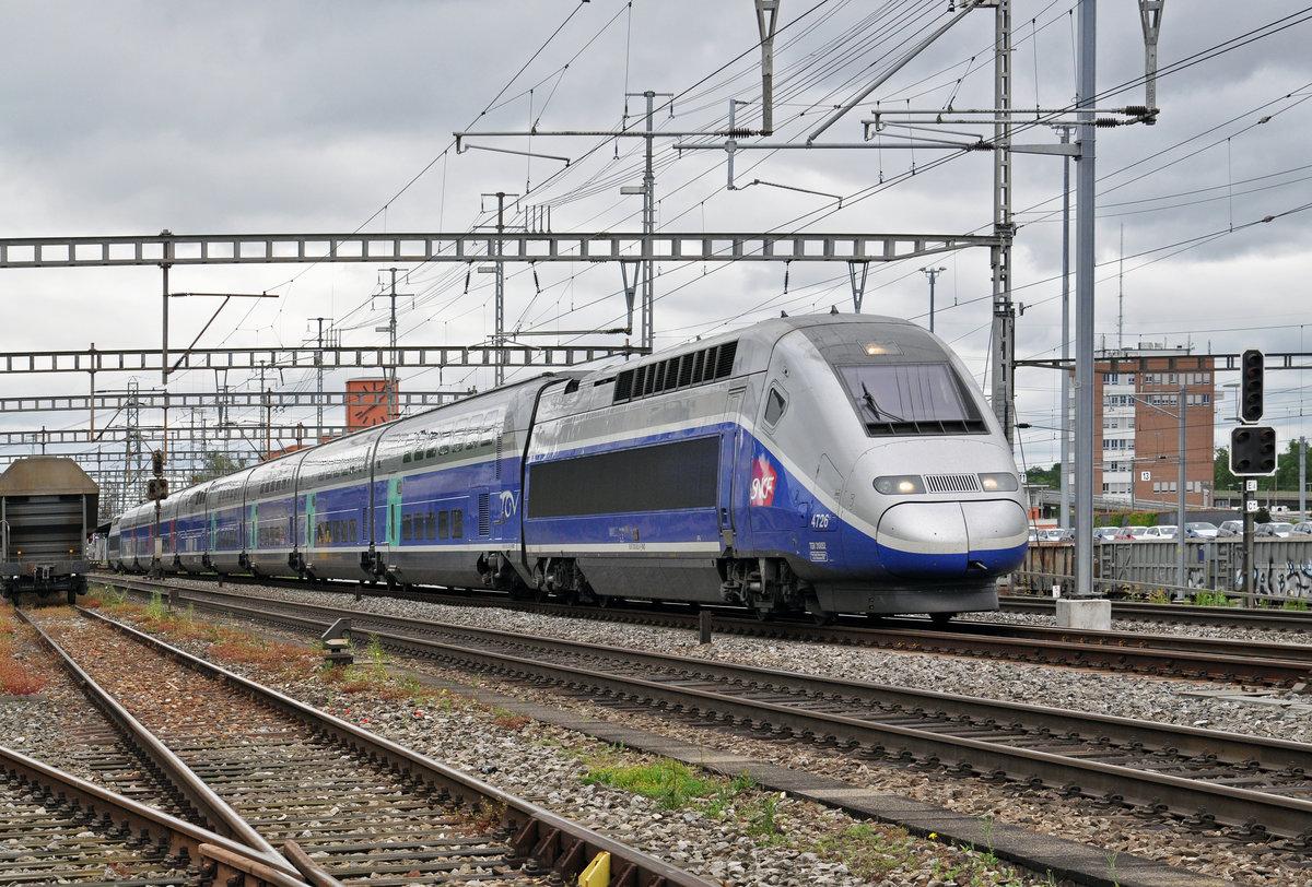 TGV 4726, durchfährt den Bahnhof Muttenz. Die Aufnahme ...