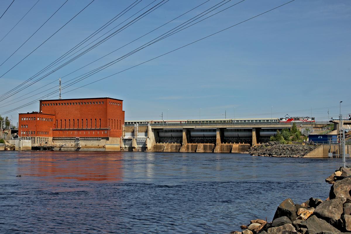 Unbekannte Vr Lok Sr 1 überfährt die Passage beim Flusskraftwerk Isohaara bei Kemi mit dem ...