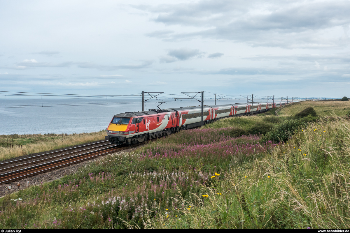 Virgin Trains East Coast 91 128 zieht am 20. August 2017 einen InterCity 225 von London King's Cross nach Edinburgh Waverley. Aufgenommen südlich von Berwick-upon-Tweed.